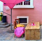 Avental da cozinha em cadeiras como um projeto empregado mal peppy Foto de Stock