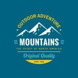 Aventura al aire libre de las montañas - insignia del logotipo del concepto para la ropa de la camiseta Calidad original Ilustrac libre illustration