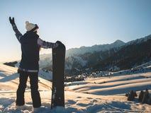Aventura ao esporte de inverno Menina do Snowboarder fotos de stock