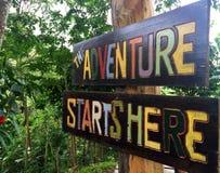 A aventura começa aqui imagens de stock royalty free