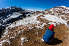 Aventura da menina da neve da passagem de montanhas Fotografia de Stock