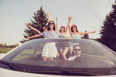 A aventura das senhoras e do motorista do indivíduo, amigas dos chiques refrigera, lau Imagens de Stock Royalty Free