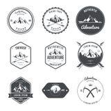 Aventura de acampamento da montanha da ilustração que caminha o grupo de etiquetas do equipamento do explorador ilustração stock