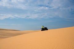 Aventura de ATV na duna de areia Fotografia de Stock Royalty Free