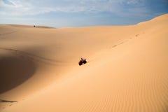 Aventura de ATV na duna de areia Imagem de Stock