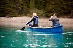 Aventura de la canoa en el lago Imágenes de archivo libres de regalías