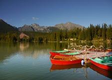 Aventura de las montañas del lago boats Fotos de archivo