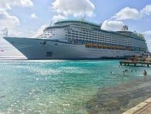 Aventura de los mares, barco de cruceros internacional del Caribe real foto de archivo