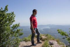 Aventura del viaje y actividad el caminar en la forma de vida de las montañas, activa y sana en viaje de las vacaciones y de fin  Foto de archivo libre de regalías