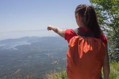 Aventura del viaje y actividad el caminar en la forma de vida de las montañas, activa y sana en viaje de las vacaciones y de fin  Fotografía de archivo libre de regalías