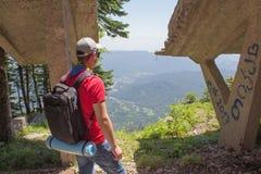 Aventura del viaje y actividad el caminar en la forma de vida de las montañas, activa y sana en viaje de las vacaciones y de fin  Imagen de archivo
