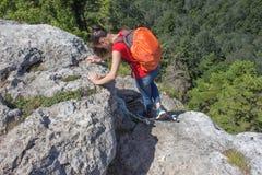 Aventura del viaje y actividad el caminar en la forma de vida de las montañas, activa y sana en viaje de las vacaciones y de fin  Fotos de archivo