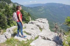 Aventura del viaje y actividad el caminar en la forma de vida de las montañas, activa y sana en viaje de las vacaciones y de fin  Imagenes de archivo