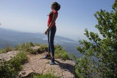 Aventura del viaje y actividad el caminar en la forma de vida de las montañas, activa y sana en viaje de las vacaciones y de fin  Fotos de archivo libres de regalías