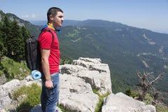 Aventura del viaje y actividad el caminar en la forma de vida de las montañas, activa y sana en viaje de las vacaciones y de fin  Imágenes de archivo libres de regalías