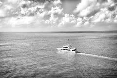 Aventura, descoberta, viagem Viagem da descoberta da aventura Yacht a vela no mar de turquesa no céu nebuloso Transporte da água imagem de stock