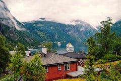 Aventura, descoberta, viagem Navio no fiorde noruegu?s no c?u nebuloso Forro de oceano no porto da vila Destino do curso imagens de stock