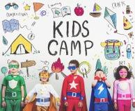 A aventura do acampamento das crianças do verão explora o conceito imagem de stock