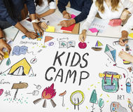 A aventura do acampamento das crianças do verão explora o conceito Fotografia de Stock