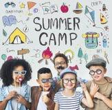 A aventura do acampamento das crianças do verão explora o conceito fotografia de stock royalty free