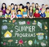A aventura do acampamento das crianças do verão explora o conceito fotos de stock
