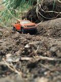 Aventura do brinquedo fora do carro da estrada Curso na natureza Fotografia de Stock Royalty Free