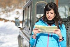 Aventura do curso fora da mulher da estrada Imagem de Stock Royalty Free