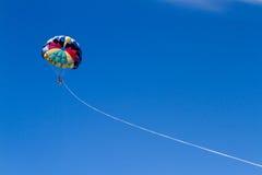 Aventura do Parasailing com um céu azul imagem de stock