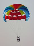 Aventura en el cielo con parasailing Imagen de archivo