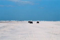 Aventura na praia abandonada Imagens de Stock Royalty Free