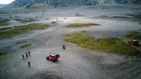 A aventura que conduz o jipe 4WD no vulcão ativo bonito com montagem Bromo do fumo Imagem de Stock