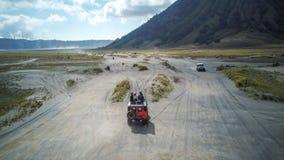 A aventura que conduz o jipe 4WD no vulcão ativo bonito com montagem Bromo do fumo Fotos de Stock Royalty Free