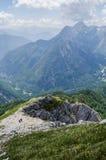 Aventura - senderismo con un paisaje de la montaña fotografía de archivo