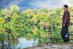 Aventuras de la pesca Artes de pesca del pescador y de la carpa, barras carpfishing, vaina de la barra y alarmas de la mordedura Fotografía de archivo