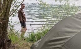 Aventuras de la pesca, pesca de la carpa y el acampar en el lago foto de archivo libre de regalías