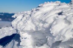 Aventuras del invierno Figura de la nieve cárpatos ucrania foto de archivo libre de regalías