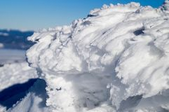 Aventuras do inverno Figura da neve carpathians ucrânia foto de stock royalty free