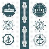 Aventuras do mar com logotipo redondo da roda da âncora dos elementos da corda ilustração stock