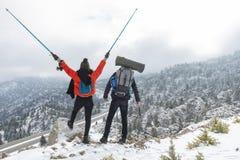 Aventuras fêmeas e masculinas do inverno do montanhista foto de stock royalty free