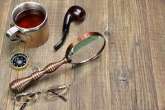 Aventuras ou artigos do curso ou da expedição na tabela de madeira Fotografia de Stock Royalty Free