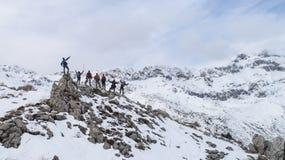 Aventuras y logros de la cumbre de los escaladores del grupo fotos de archivo