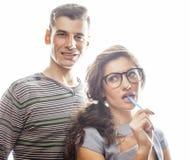 Aventure amoureuse au travail, aux jeunes jolis couples, à l'homme et à la femme ensemble d'isolement sur le fond blanc, commis d Images libres de droits