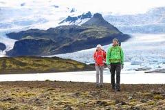 Aventure augmentant le trekking de couples de voyage sur l'Islande images libres de droits