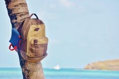 Aventure de bord de la mer de palmier de sandales de plage de sac à dos Photographie stock