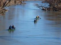 Aventure de canoë en bas de la rivière Trinity Image stock
