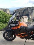 Aventure de KTM 1050 chez Meteora, Grèce du nord Images stock