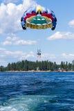 Aventure de parachute ascensionnel sur le lac Images libres de droits