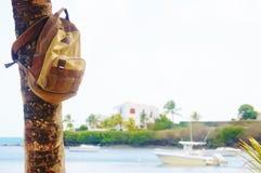Aventure de yacht de bord de la mer de palmier de plage de sac à dos Images stock