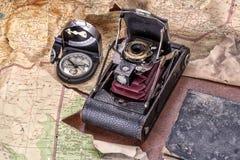Aventure-se com câmera, compasso, mapa e diário para o curso, a exploração e a descoberta imagem de stock royalty free