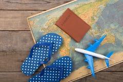 Aventure-se o conceito do tempo - plano, mapa, passaporte na mesa de madeira foto de stock